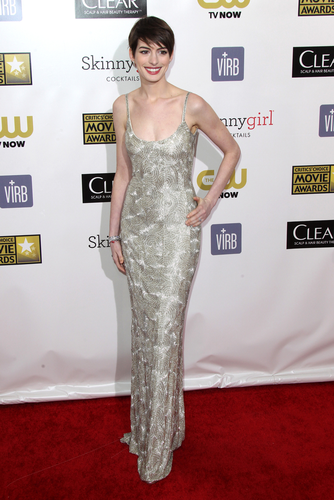 Anne Hathaway at the Critic's Choice Awards wearing Oscar de la Renta.